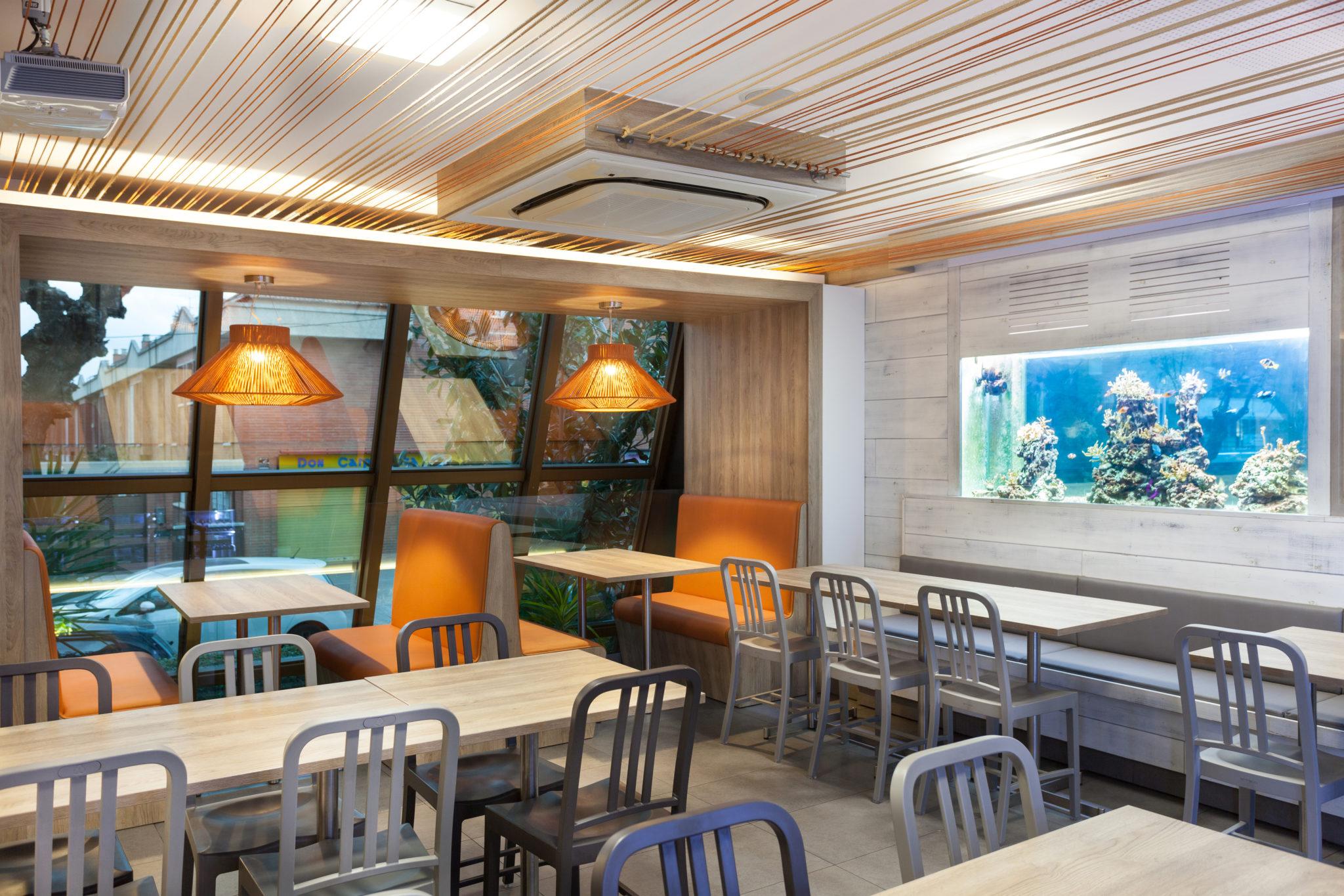 Restaurante Pizzeria Atlantida Vilassar de Mar - Interior diseñado por Rosa Colet. Lámparas KOORD de El Torrent.