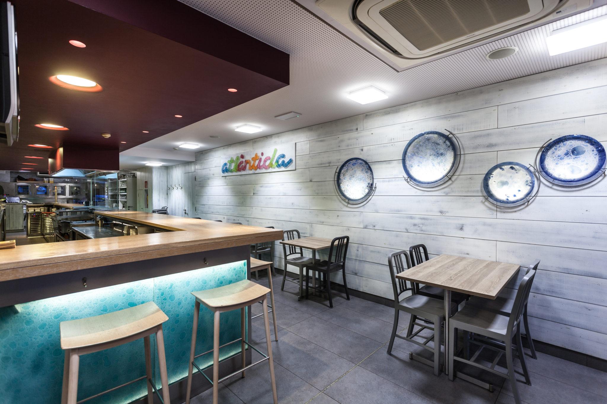 Restaurante Pizzeria Atlantida Vilassar de Mar - Interior diseñado por Rosa Colet. Detalle Barra y Mesas. Sillas Emeco.