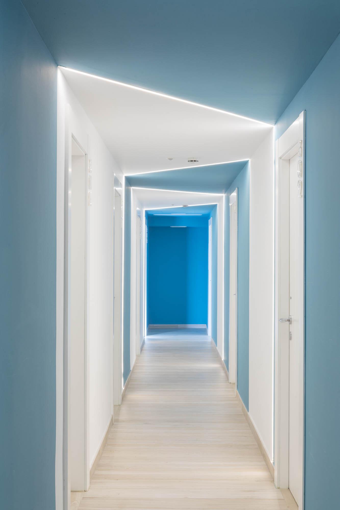 Pasillo Azul HOTEL ROCATEL diseño por ROSA COLET INTERIOR DESIGN