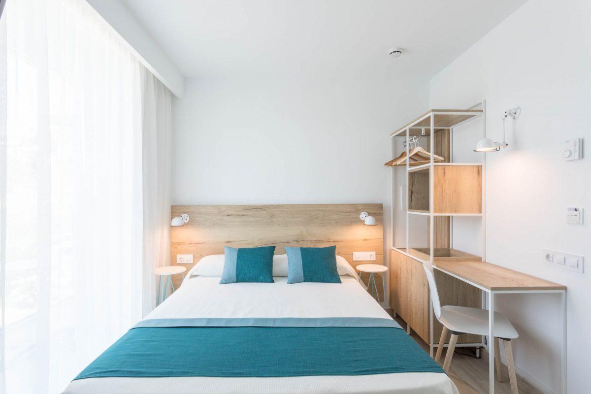 Habitación doble con estudio HOTEL ROCATEL diseño por ROSA COLET INTERIOR DESIGN