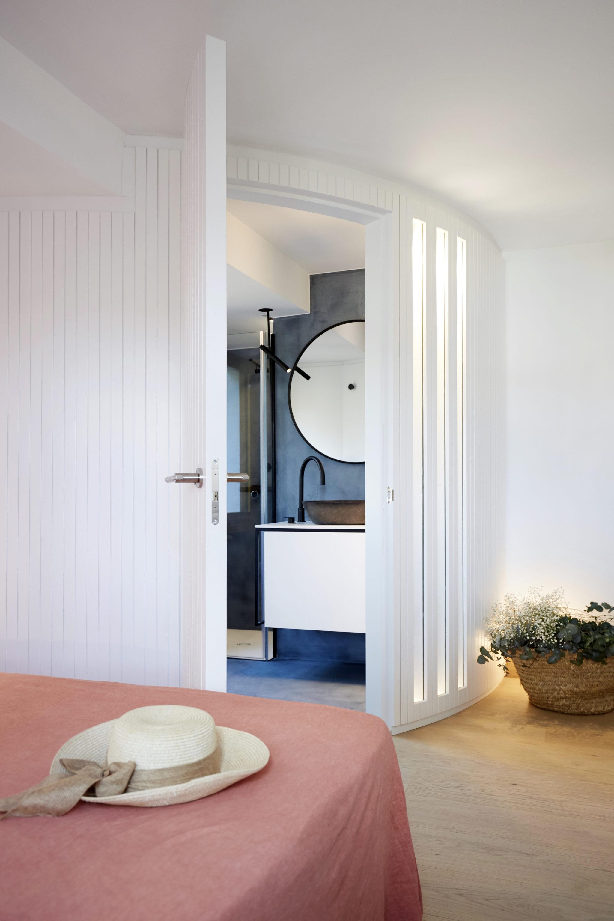 Entrada baño casa llafranc por Rosa Colet Interior Design