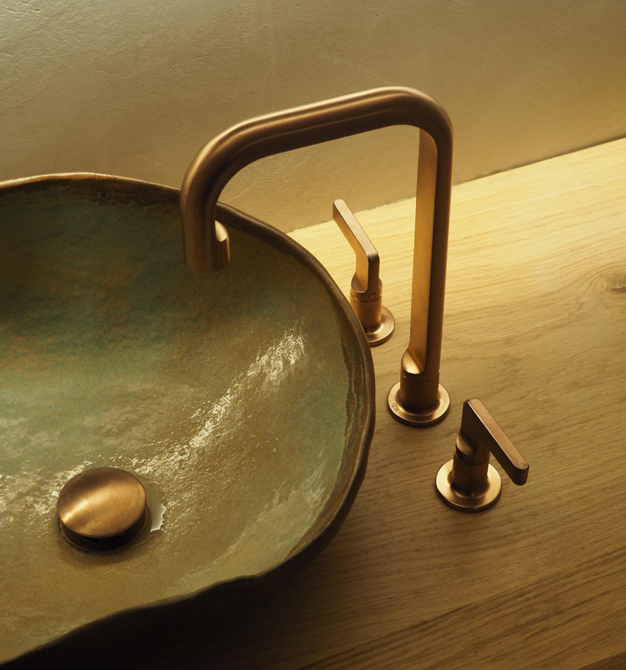 Baño con griferia Gessi y pica de ceramica artesana por Rosa Colet. Fotografia de Marina García Linares @23mmarina