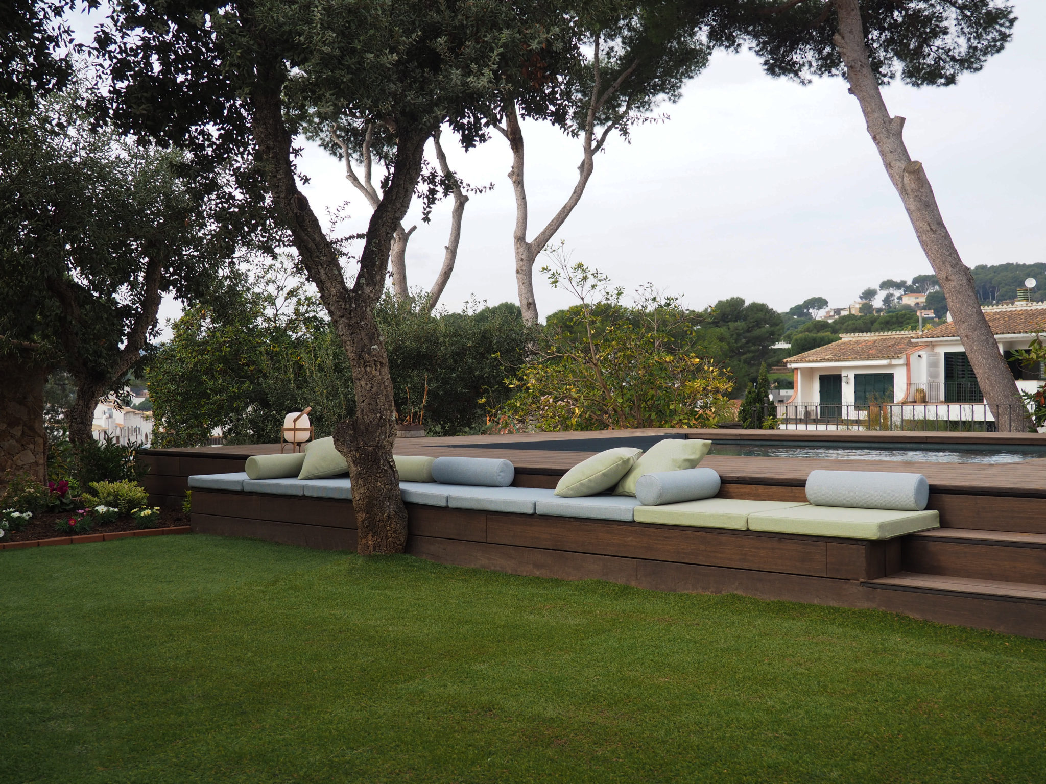 Chillout exterior piscina por Rosa Colet Interior Design. Fotografia