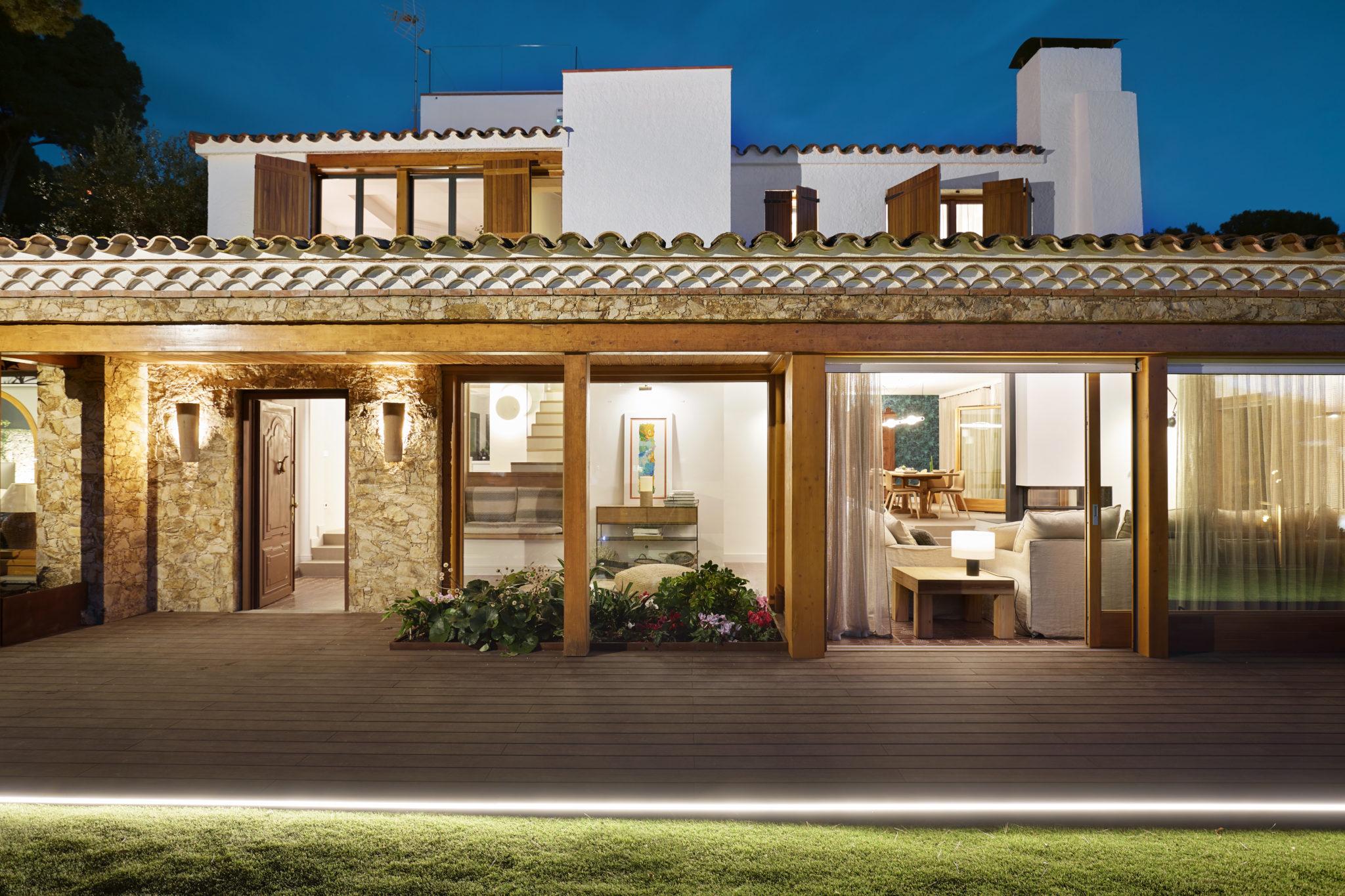 Casa en Llafranc por Rosa Colet Interior Design de noche.